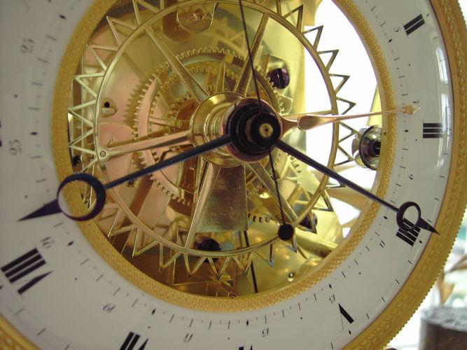 Französische Skelettuhr 90 mit Tagen Gangdauer bei viertelstündlichem Schlag auf zwei Glocken